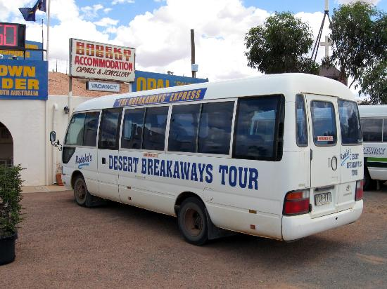 Radeka Downunder Underground Motel & Backpacker Inn: Tour Bus
