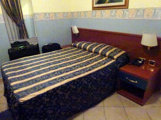 Hotel Borgo del Mare: La cama, muy cómoda, pero algo pequeña