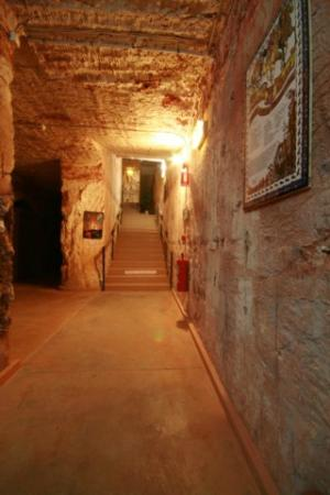 Radeka Downunder Underground Motel & Backpacker Inn: Staircase to Budget Rooms 6.5m Underground