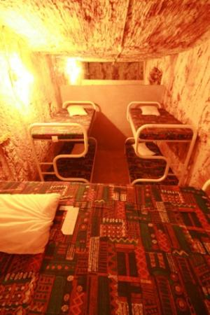 Radeka Downunder Underground Motel & Backpacker Inn: 6.5m Underground 6 Bed Mixed Dorm