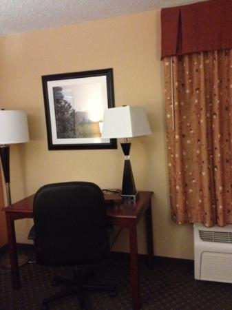 Hampton Inn Longmont : desk