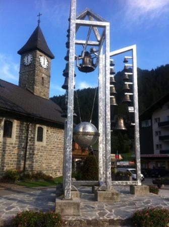 Chez Jan: Kirchenglocken vis a vis Hotel