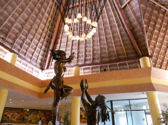 The Reef Coco Beach: Lobby Statue