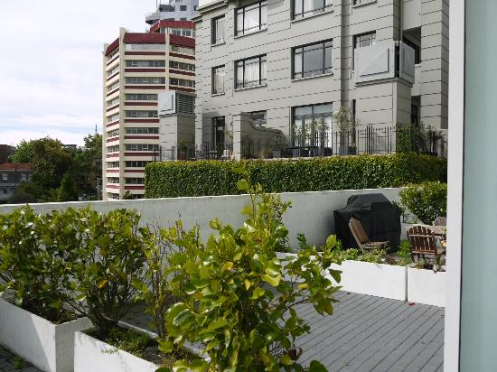 The Quadrant Hotel and Suites Auckland: View to the neighbors balcony, notice that one has a bbq!