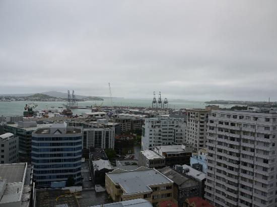 The Quadrant Hotel and Suites Auckland: Breathtaking view from balcony on upper floor