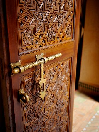 Riad Kniza: carved doors