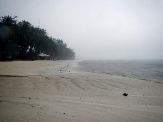 White Beach: Вот так это выглядит в непогоду. Теплый тропический ливень