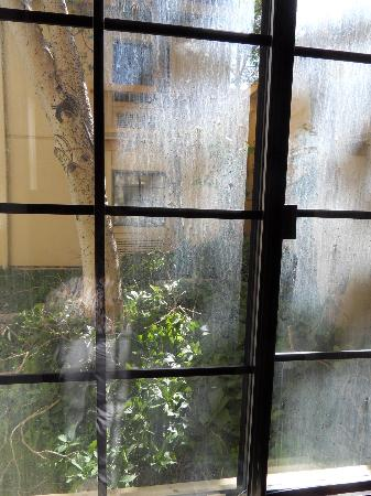 Baymont Inn & Suites Rock Springs: Filthy window