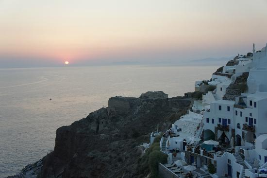 Art Maisons Luxury Santorini Hotels Aspaki & Oia Castle: Direct sunset view of Volcano Junior Villa