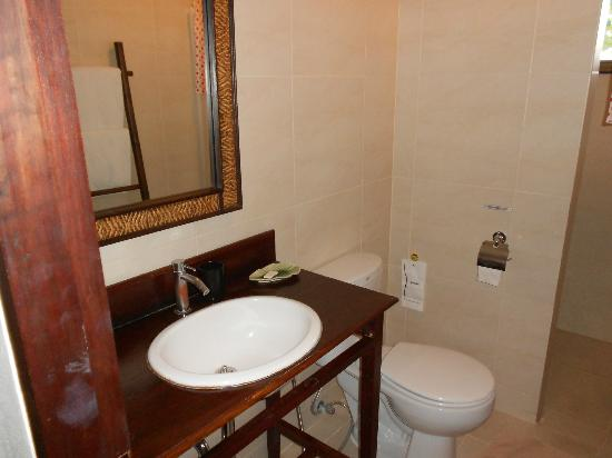 เดอะ 3 ซิส: Bathroom, photo doesn't do justice, its lovely! Shower great size and excellent water pressure.