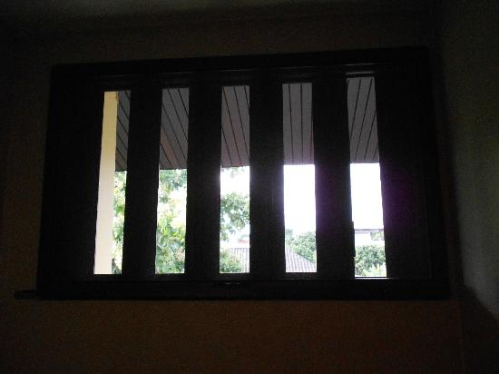 เดอะ 3 ซิส: Bathroom window - fresh air!