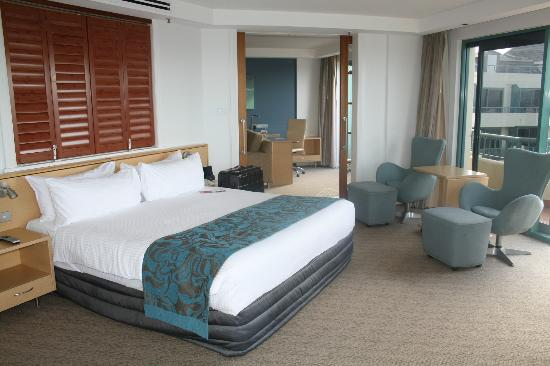 Crowne Plaza Hotel Coogee Beach - Sydney: Bed area with lounge room in the background