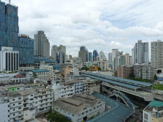Boulevard Hotel Bangkok: View of Skuhumvit neighborhood and Nana BTS station from the balcony