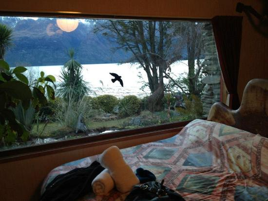 Little Paradise Lodge: Huge window with view of the lake and mountains