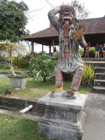Tirta Gangga: Statue