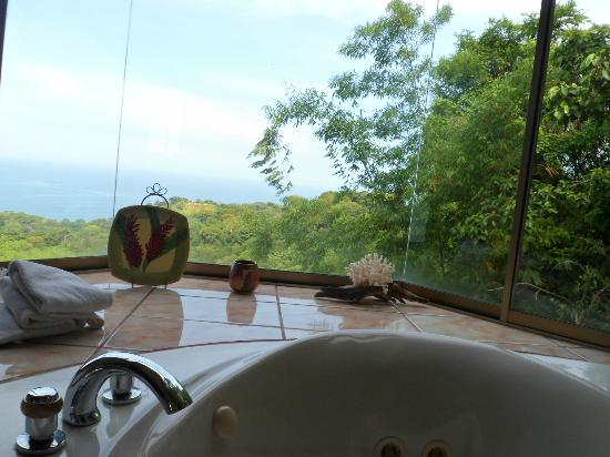 Kalon Surf - Surf Coaching Resort: View from the jacuzzi in the bathroom of the suite