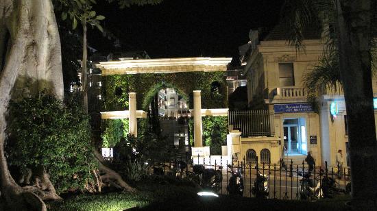 Hotel Metropole Monte-Carlo: Nighttime view of entrance