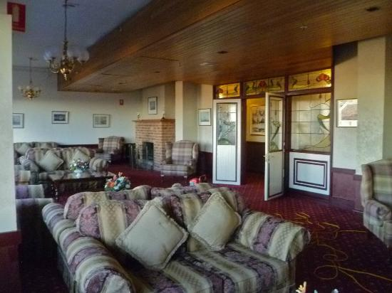 Hotel Mountain Heritage - Blue Mountains: Public lounge area. Roaring fires going.