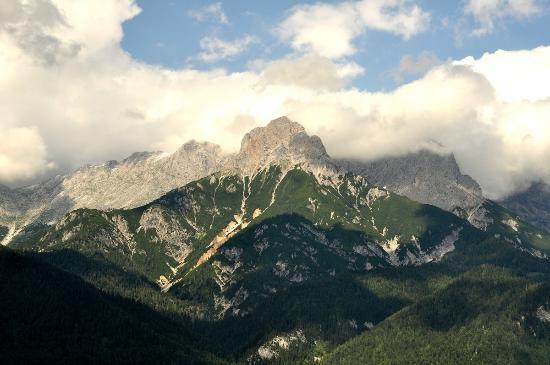 Appartement Thomanhof: klare Sicht, Blick vom Hof in die Berge