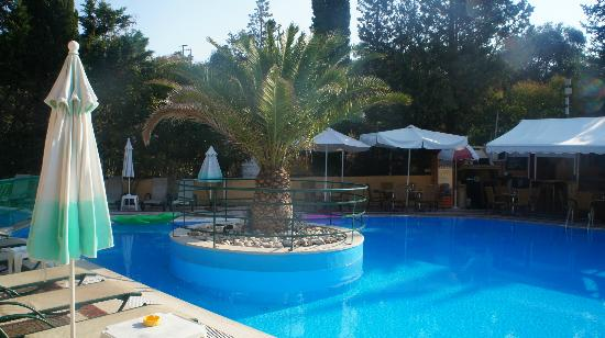 Philippos Hotel: pool with pool bar in background