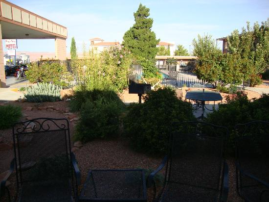 Page Boy Motel: Garden with barbecues