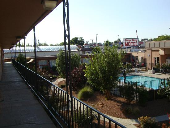 Page Boy Motel: The pool seen from the 2nd floor