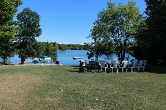 Four Winds Cottage Resort: Fire pit and beach area