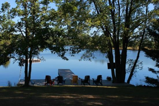 Four Winds Cottage Resort: Dock with Muskoka chairs.