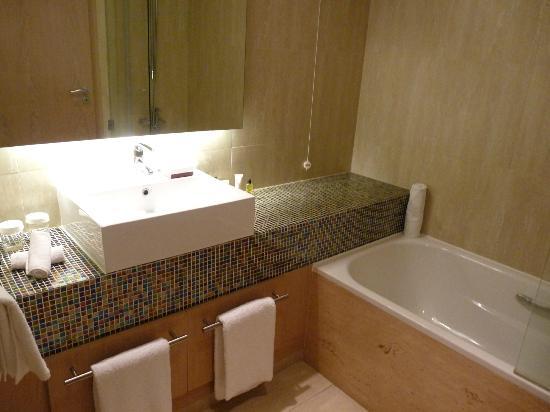 Hilton Vilamoura As Cascatas Golf Resort & Spa : 1ere salle de bains