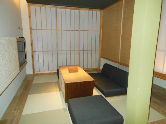 Hotel Kanra Kyoto: Tatami sitting room