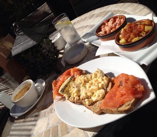 Habano: scrambled eggs, smoked salmon and some nice tapas in the sun
