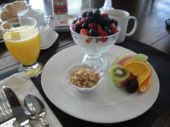 Gray Gables Bed and Breakfast: Parfait and fresh fruit for breakfast