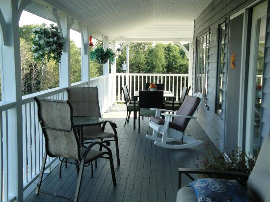 Gray Gables Bed and Breakfast: Back Deck