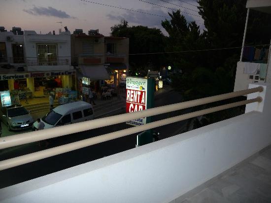 Nefeli Hotel: vue de la rue