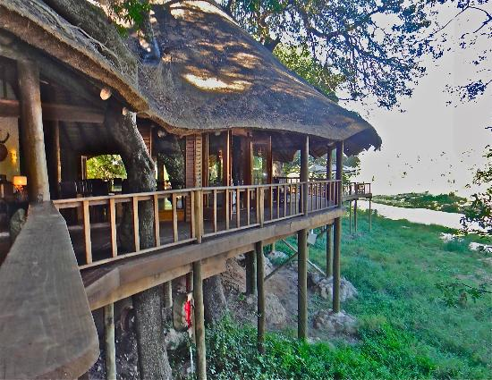 Ulusaba Rock Lodge: Bar & lounge deck view to the river