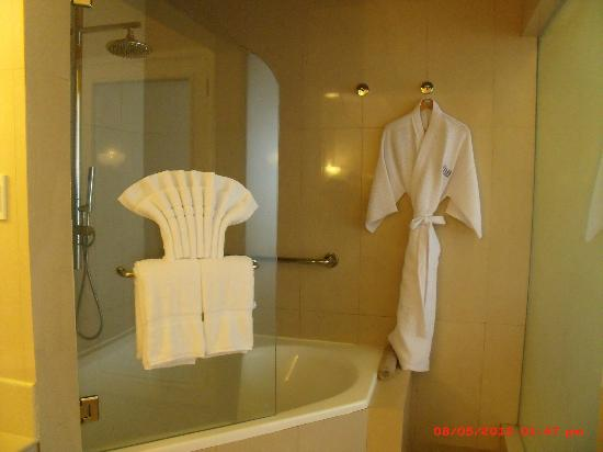 The Inn at Cliffhouse Tagaytay: Shower and Bathtub