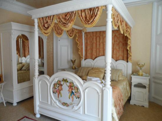 Enchanted Manor: Four poster bed