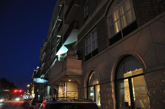 Hilton Garden Inn Savannah Historic District: Hotel at night