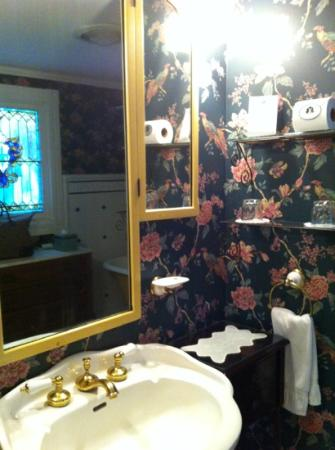 The White Doe Inn Bed & Breakfast: East Lake bathroom