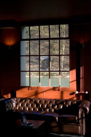 Cinématte: Die lounge liegt direkt am Aareufer