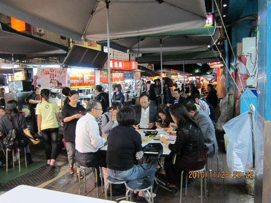 Imperial Hotel Taipei: 夜市で歓談をしながらテーブルで食事を摂る人々