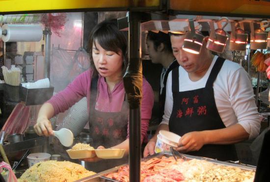 Imperial Hotel Taipei: 夜市で食材をつくるご夫婦