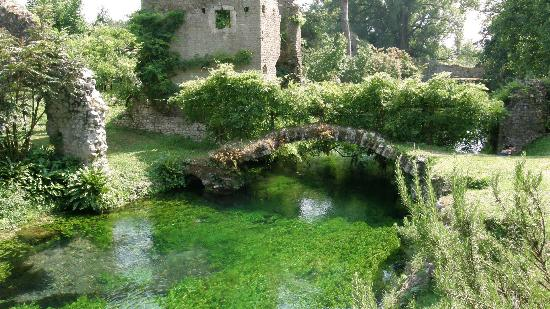 Laghetto picture of giardino di ninfa monumento for Laghetto naturale