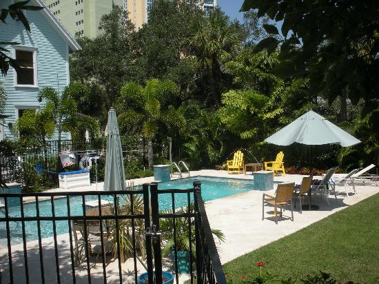 Watergarden Inn at the Bay: Pool & garden