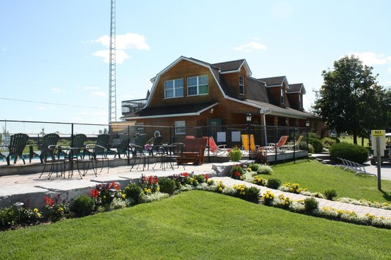 Toronto North Cookstown KOA: Pool lounge area