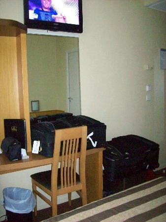 BEST WESTERN Hotel Riviera by HappyCulture: Est-ce que je l'ai dit que c'est très petit?