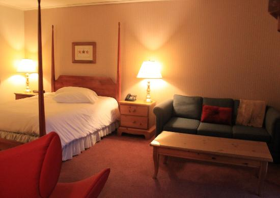 The Mountain Road Resort: One of our cozy rooms. This picture doesn't reflect how spacious it was. There is also a balco