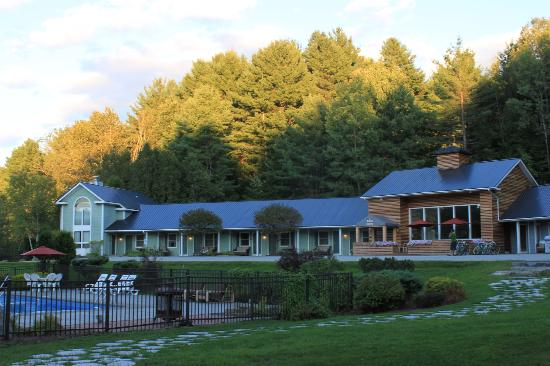 The Mountain Road Resort: View of the grounds from our side of the hotel