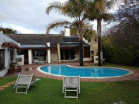 The Stables Lodge: La piscina e la struttura principale