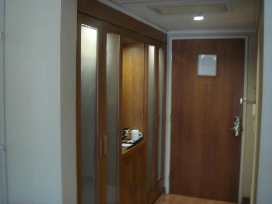 Swissotel Quito: closets & minibar